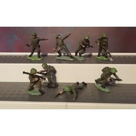 8 VINTAGE Britains  Soldiers Infantry (toy noD)